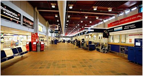 Kristiansand Lufthavn Kjevik--Hentes på Jetpak/Seafront AS/SAS flyfrakt inn- og utlevering